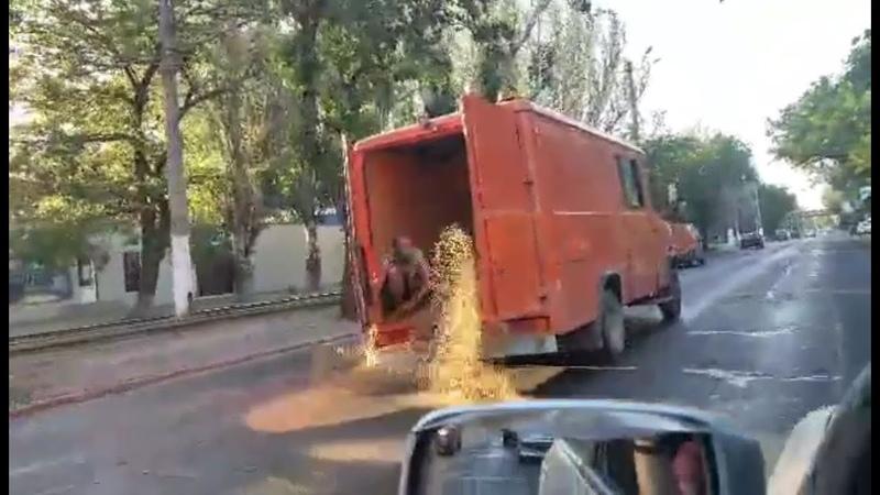 Расплавленную от жары смолу на дороге посыпают песком