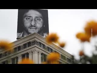 На митингах из-за смерти Джорджа Флойда люди преклоняют колено. Что это значит