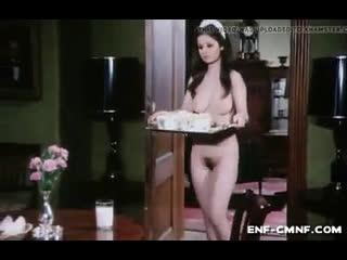 CMNF-видео  голая горничная подаёт завтрак молодому человеку