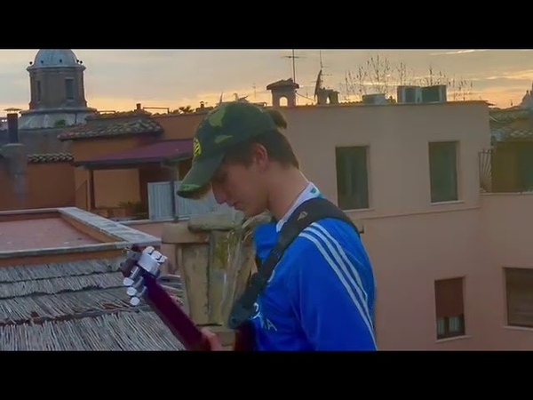 CORONA VIRUS QUARANTENA Un giovane suona sui tetti di Roma Deborah's Theme di Morricone