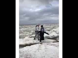 Мать прыгает с маленькими детьми по дрейфующим льдинам