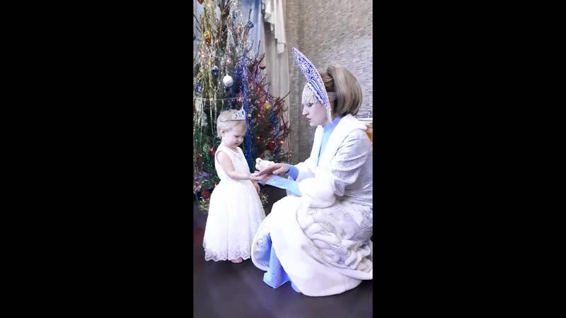 Дочь Аннушка встречается с Дедом Морозом и Снегурочкой 2 года и 4 мес