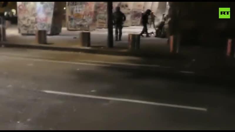 Полиция в Портленде разогнала протестующих металлическими палками и гранатами со слезоточивым газом