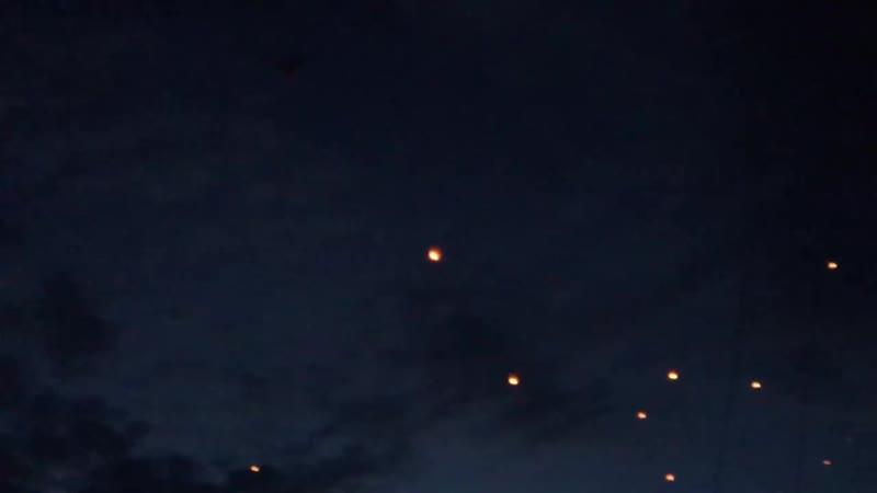 Донецк Более тысячи фонариков дончане запустили в небо в память о детях погибших в результате боевых действий во всем мире