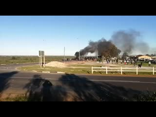А в западной части Кейптауна сегодня форменный зомби-апокалипсис: на немногочисленных сотрудников полиции буквально налетает вал