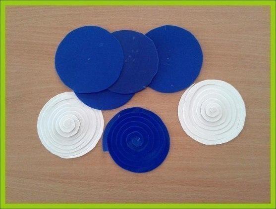 ЦВЕТЫ-ПОДВЕСКИ Нам понадобятся разноцветные пластиковые крышки от ведёрок из под майонеза, сметаны и др.У всех крышек необходимо обрезать края.Половину приготовленных таким образом заготовок -