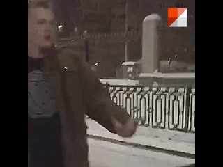 Неадекватный парень кидается на машину таксиста