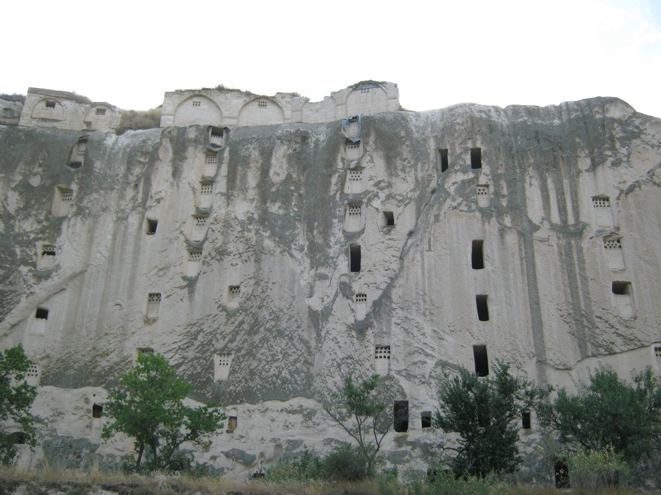 фото Каппадокии - много сделанных человеком вмятин