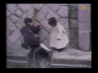 Мальчик помогает девочке перебраться через яму