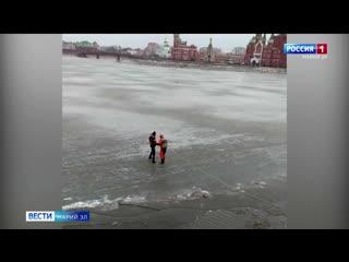 В Йошкар-Оле два раза спасали мужчину, который выбегал на лед освежиться