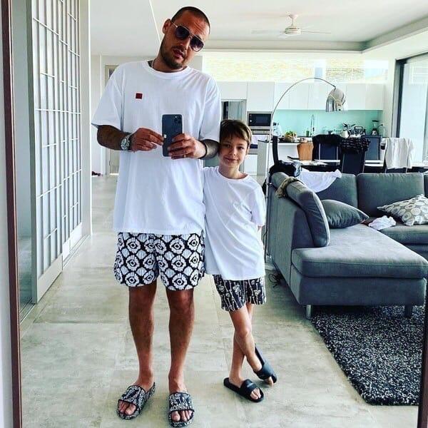 Российский рэпер Алексей Долматов, более известный как Guf, опубликовал в соцсети свою переписку с 9-летним сыном Не ней видно, что мальчик просит у отца деньги, а после и вовсе называет его