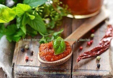 Томатно-сливовый кетчуп Прост в приготовлении, единственный минус - употребляется молниеносно.2 кг спелых томатов1 кг слив250 г репчатого лука1,5 ст.л. соли200 г сахара1 ч.л. красного перца или