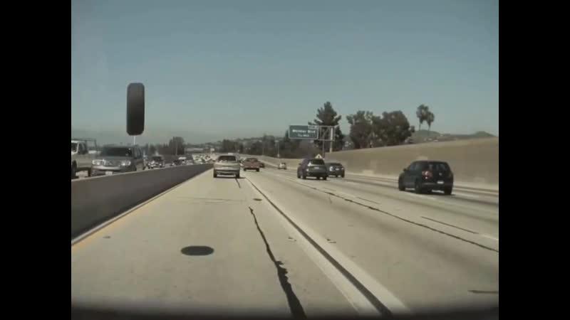 Автопилот Tesla помог водителю избежать аварии с отлетевшим колесом