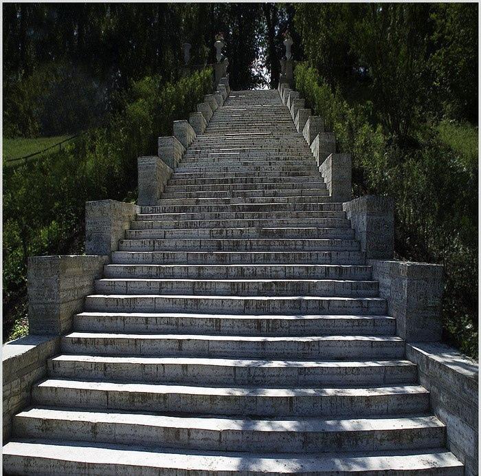 лестница вверх и вниз фото этого времени характеризуют