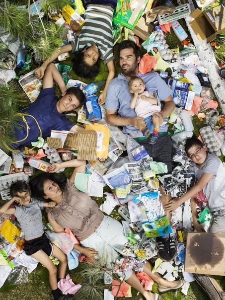 Cкoлькo муcoра люди прoизводят всегo зa 7 днeй. В фотопроекте 7 Days of Garbage Грегг Сегал попросил участников съемки принести весь мусор, который они соберут в течении недели, и устроить из