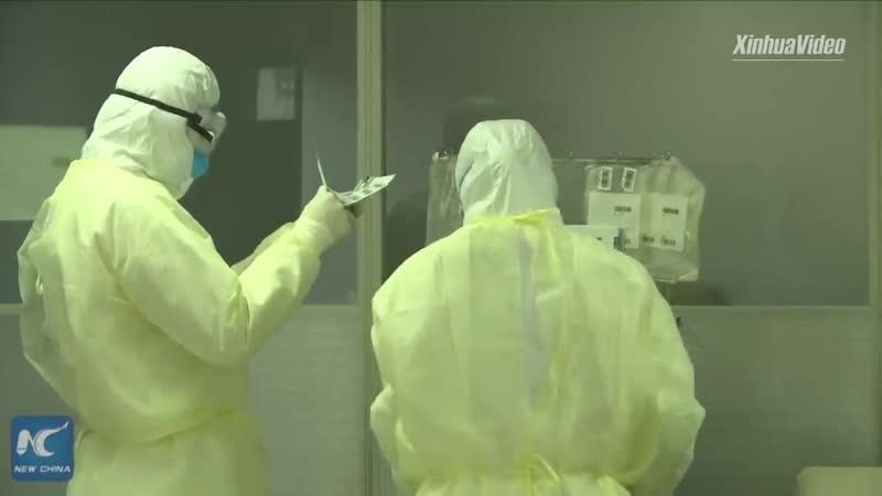 Вылечившиеся от коронавируса жители Чунцина сдают кровь которая поможет выздороветь больным