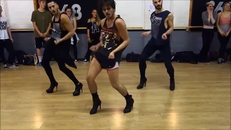 Beyonce отдыхает😂 нервно курит в сторонке😃 парни танцуют на каблуках похлеще многих девушек
