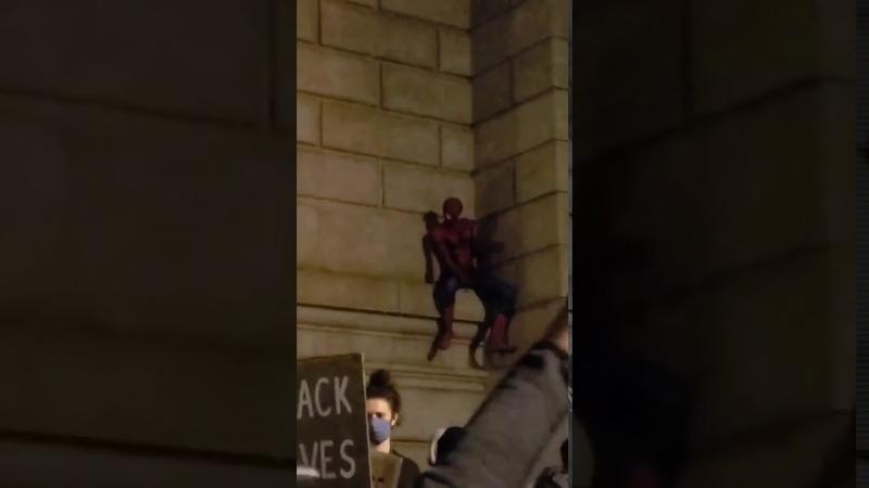 Человек-паук пришел на смену Бэтмену. Он присоединился к акции протеста в США