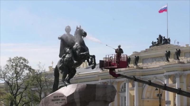 Реставраторы в Петербурге помыли «Медного всадника» ко Дню города