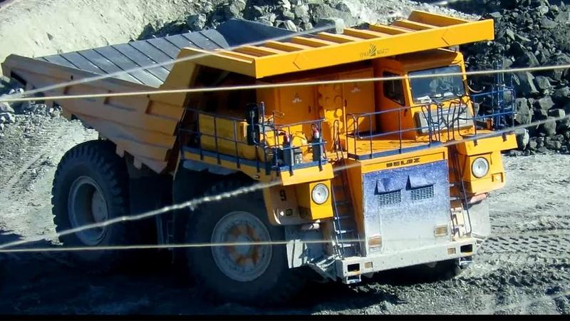 Самосвалы БелАЗ и Caterpillar 60 и 130 тонн на разгрузке