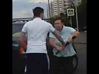Москвич отхватил от женщины с битой за поворот на светофоре