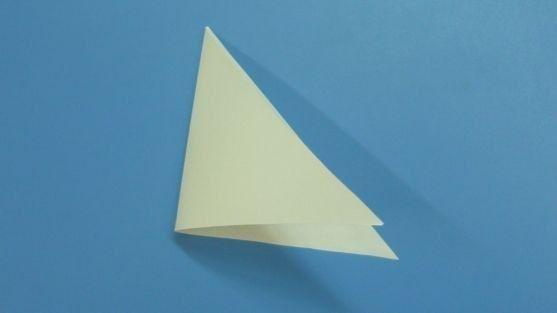 ОТКРЫТКА С АЖУРНОЙ ЕЛОЧКОЙ 1. Делаем ёлочку. Треугольную заготовку складываем пополам.2. Складываем ещё раз пополам.3. Разворачиваем и складываем боковые стороны к середине (сгибу) .4. Заготовку