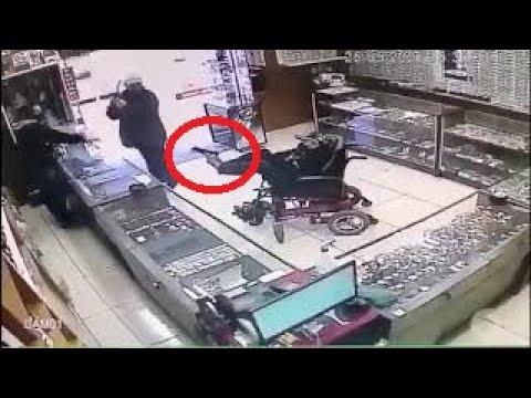 Un hombre sin brazos atraca una joyería a punta de pistola sostenía el arma con los pies 😱