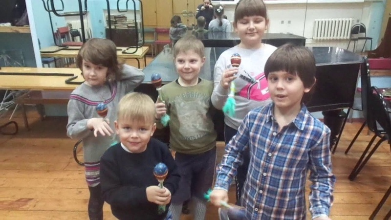 Шоу группа Разные получила маракасы из Индонезии от Дедушки Мороза