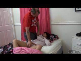 ПАПА ТРАХАЕТ СВОЮ ДОЧКУ пока мама на работе изменяет мужу Зарубежное любительское порно, инцест