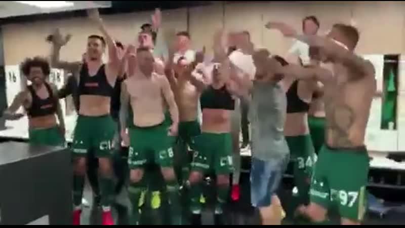 Эмоции в раздевалке «Ференцвароша» после досрочной победы в чемпионате