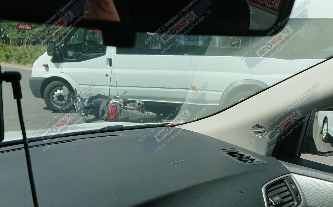 В Курске маршрутка сбила мопедиста
