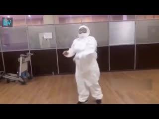 Тем временем врачи в аэропорту Шереметьево. Коронавирус коронавирусом, а танцы по расписанию