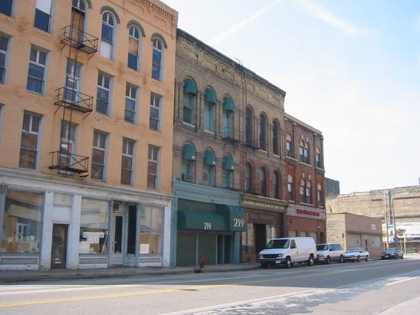 Клуб 219 в Милуоки, старый гей-бар, закрылся в 2005 году Это был самый известный бар, где Джеффри Дамер встретил нескольких мужчин, которые впоследствии были найдены убитыми им.На данный