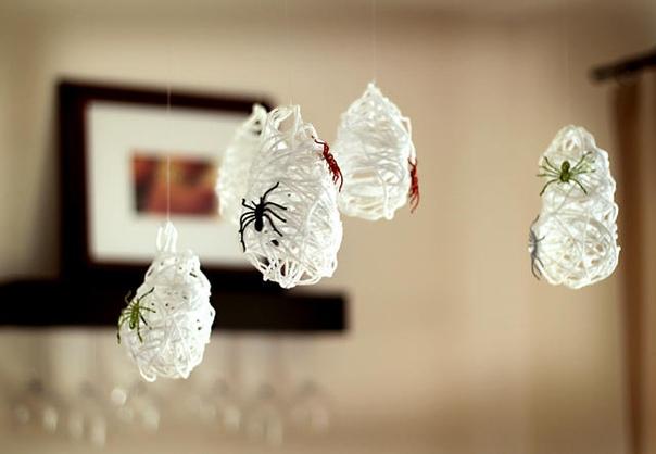 СОВСЕМ НЕ СТРАШНО Приведения делаются из ваты, бумаги и одноразовых тарелок. Паучьи коконы можно изготовить следующим образом: 1. намотайте нитки на надутый маленький воздушный шарик;2.