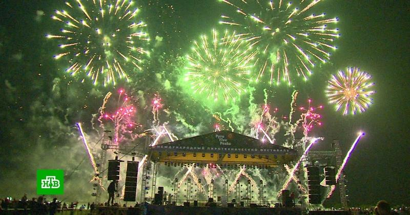 Красочное шоу на фестивале фейерверков в Ессентуках