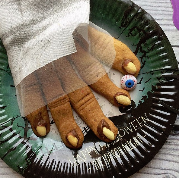 ПРОСТЫЕ РЕЦЕПТЫ ДЛЯ ДЕТЕЙ Печенье Ведьмины пальцы. Рецепт печенья совсем простой:150 гр сливочного масла растереть с 200 гр сахара (можно добавить 1 ч.л. ванильного сахара для