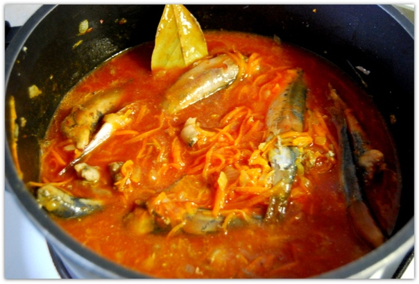 Килька или мойва в томатном соусе с овощами.