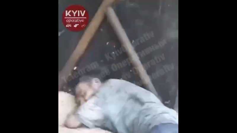 Малолетки избивают бездомных Киев Украина