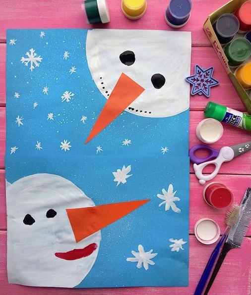 НОВОГОДНИЕ ОТКРЫТКИ СВОИМИ РУКАМИ Оригинальная идея новогодней открытки! Вам понадобятся:- голубая бумага повышенной плотности;- белая и чёрная гуашь, кисть;- нос-морковка из цветной бумаги;-