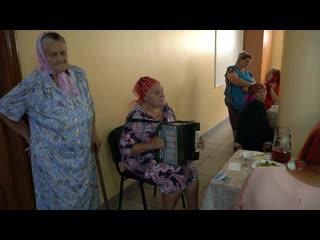 Чья - то мама, поёт в доме престарелых. Слушайте песню до конца.