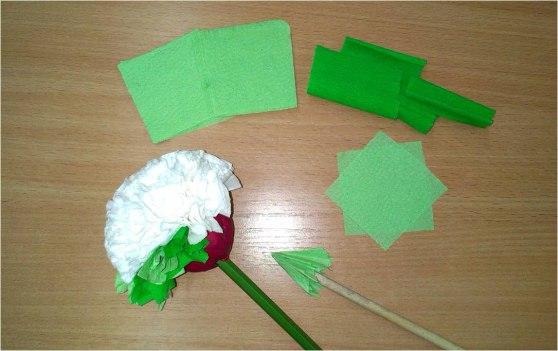 Поделка ко Дню Матери: Букет цветов Материалы: - цветная крепированная бумага; - цветные бумажные салфетки; - палочки или карандаши; - куски ненужного пластилина; - атласные ленточки; - ножницы;