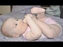 6-месячная малышка сосет пальчики на ногах / Baby puts legs in its mouth