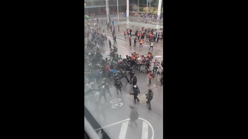 Полицейский бросает на землю старика в аэропорту Барселоны во время протестов