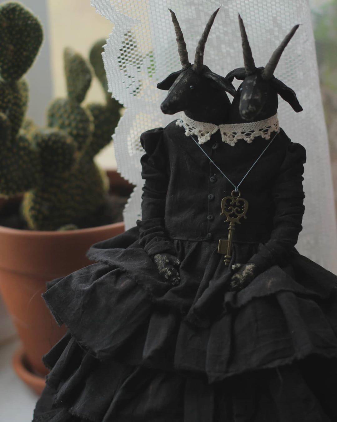 Мрачные текстильные куклы Ирины Сайфийдиновой