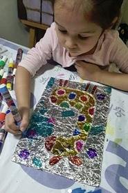 ТВОРЧЕСТВО С ДЕТЬМИ. Интересная идея для поделок с детьми. На плотном картоне рисуем простой контурный рисунок. Обклеиваем его толстой пряжей. Когда клей высохнет, накладывем сверху фольгу,