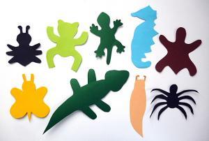 КАРТОННО-КАМЕННАЯ ФАУНА Первые камешки, найденные весной в городских парках и у рек, могут стать компанией веселых животных, земноводных, насекомых... Нужно расписать камешки в любые яркие