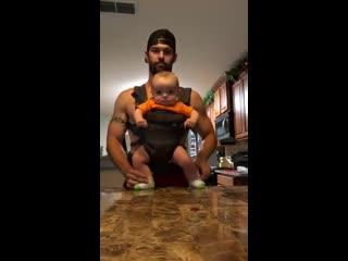 Папа и танцующий ребенок