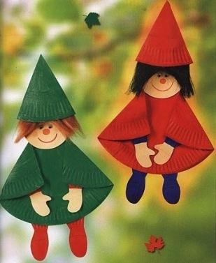 Поделки куклы из бумажных тарелок Такие поделки кукол гномов можно делать с дошкольниками 5-6 лет или младшими школьниками из обычных одноразовых бумажных тарелок.Каждую тарелку сгибаем пополам