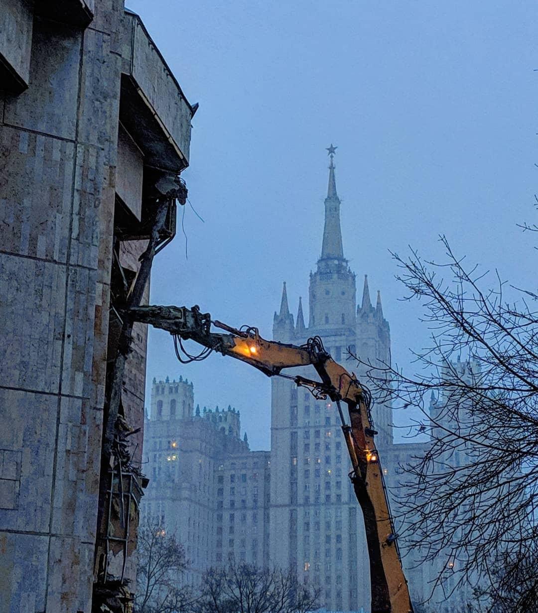 Сегодня в центре Москвы начали сносить киноцентр «Соловей»