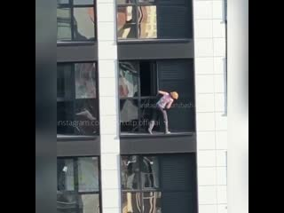 Уфимка моет крышу без страховки на 17 этаже